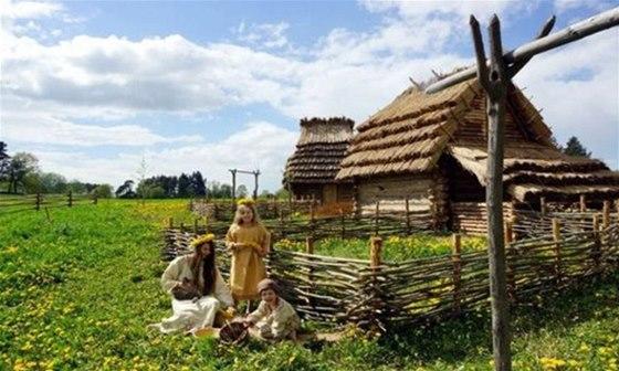 V raně středověké vesnici zážitkového parku Zeměráj si můžete vyzkoušet