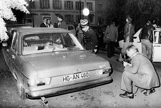 Francouzští policisté u města Mylhúzy ohledávají poničený vůz podnikatele Hanse...