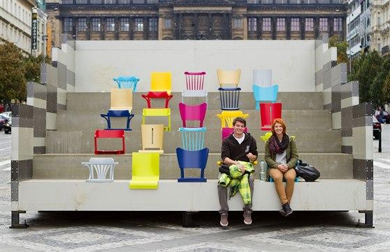 V horní části Václavského náměstí najdete expozici designéra Maxima Velčovského, kterou tvoří opravené židle TON.