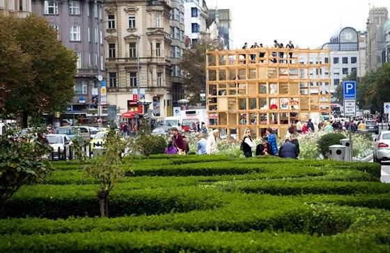 Venkovní pavilón Designblok Cube  je přímo před vchodem do hotelu Evropa. Vytvořili ho Vítek Šimek a Štěpán Řehoř z H3T Architekti.