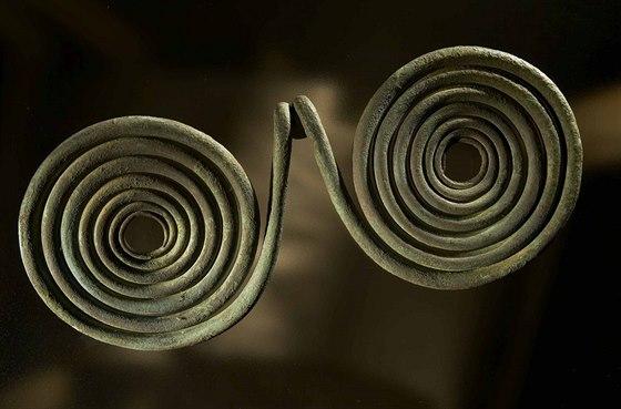 Měděný brýlovitý závěsek, který rovněž archeologové našli v nelegální sbírce,...