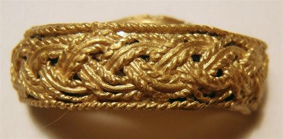 Raně středověký prsten nalezený při archeologickém výzkumu za účasti občanského...