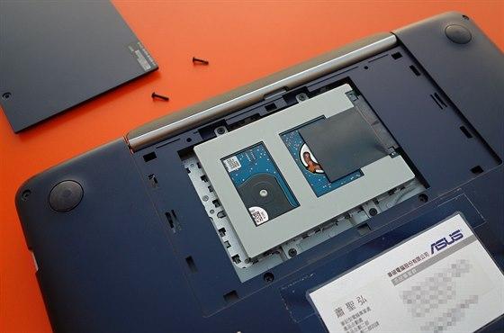 Pod klávesnicí je umístěn snadno vyměnitelný pevný disk.