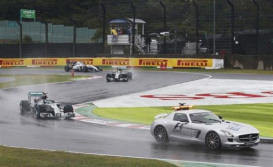 V ČELE SAFETY CAR. Typická situace ve Velké ceně Japonska formule 1.