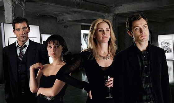 Clive Owen, Natalie Portmanová, Julia Robertsová a Jude Law ve filmu Na dotek...
