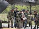 Kolumbijští záchranáři nakládají raněné do vrtulníku po zásahu bleskem.