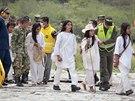 Kolumbijští záchranáři vedou raněné na vojenskou základnu.