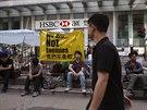 Pár zbývajících aktivistů v ulicích Hongkongu.