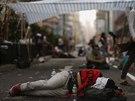 Zb�vaj�c� prodemokrati�t� aktivist� v ulic�ch Hongkongu.