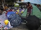 V ulicích hongkongu už zůstává jen pár věrných aktivistů a deštníky  - symbol...