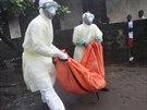 Zdravotn�ci v liberijsk� Monrovii odn�ej� t�lo �eny, kter� zem�ela na ebolu ...
