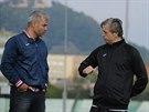Tren�r Wolfgang Jerat (vpravo) diskutuje se sportovn�m �editelem Mostu Antonem...