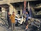 Lidé zkoumají místo, kde v Bagdádu vybuchla bomba v automobilu (1. října 2014).