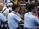 Policisté chrání vstup do vládních budov v Hongkongu (2. října 2014).