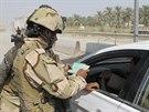 Iráčtí vojáci kontrolují doklady na kontrolním stanovišti v Latífíji (2. října...