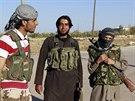 Bojovníci Islámského státu poblíž Kobani (7. října 2014).