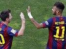 OSLAVA GÓLU. Fotbalisté Barcelony Lionel Messi (vlevo) a Neymar slaví gól ve...