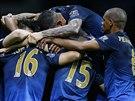 TÝMOVÁ RADOST. Fotbalisté Manchesteru City oslavují gól v utkání anglické ligy...