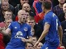 JE TO TAM! Steven Naismith (vlevo), fotbalista Evertonu, oslavuje svůj...