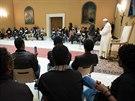 Ve středu se s přeživšími tragédie u Lampedusy setkal i papež František (1....