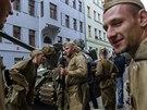 Nedělní záběry zachytily reakci Pražanů na první den srpnové okupace...