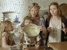 Linda s Katkou chystají spolu s dcerami nepečený květinový dort