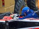VÁŽNÁ NEHODA. Jules Bianchi je doktorem prohlížen ještě v kokpitu svého vozu....