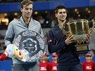 Poražený Tomáš Berdych (vlevo) a vítěz Novak Djokovič po vzájemném finále na turnaji v Pekingu.