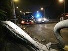 Poškozená svodidla dokazují sílu nárazu bílého sportovního vozu (3. října 2014).
