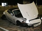 Takto dopadl bílý sportovní vůz, který řídil opilý muž (3. října 2014).