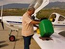 Gener�l Jorgos mi pom�h� natankovat benz�n do letadla.