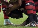 GRATULACE. Sulley Muntari se sklání nad trávníkem a spoluhráči z AC Milán mu...