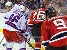 Kamar�di v soukrom� a od nov� sezony i par��ci na led�, Patrik Eli� a Martin Havl�t, v �to�n� akci New Jersey. Pro Havl�ta je nov� anga�m� s Devils jeho v po�ad� p�t�m v NHL po Ottaw�, Chicagu, Minnesot� a San Jose.
