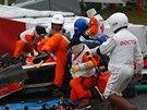 PO NEHODĚ. Kolem havarovaného monopostu Julese Bianchiho se sbíhají záchranáři