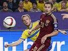 KAM DOLETÍ. Švéd Sebastian Larsson (vlevo) a ruský fotbalista Viktor Fryzulin