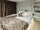 K ložnici přiléhá prostorná šatna. Bezprostředně za pohodlnou postelí ale i