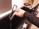 Po vyjmutí stačí vodu vylít a skleněný výtok dát do myčky.