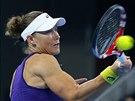 Australsk� tenistka Samantha Stosurov� v duelu s Petrou Kvitovou.