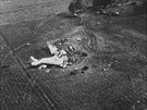Letecký pohled na místo nehody. Letadlo se roztříštilo nárazem o zem na velmi...