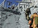 Záchranáři stoupají k horským chatám, které jsou po výbuchu sopky Ontake...