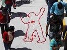 Lidé na demonstraci v mexickém městě Chilpancingo kráčejí kolem siluety...