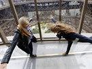 Prosklená vyhlídková plošina v prvním patře Eiffelovy ve výšce 57 metrů láká...