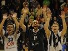 Děčínští basketbalisté slaví se svými fanoušky výhru