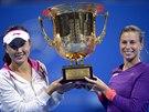 DEBLOVÝ ÚSPĚCH. Andrea Hlaváčková (vpravo) drží trofej, kterou spolu s Pcheng Šuaj vybojovala v Pekingu v turnaji čtyřhry.