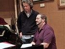 Americký dirigent John Fiore (vpravo) připravuje pro Národní divadlo operu Pád...