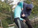 U těla útočníka je paradoxně nejbezpečněji. Po vytočení jeho ruky se k němu...