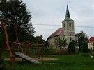 Dětské hřiště, kostel a pomník – to je náměstí v Měděnci