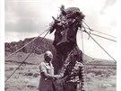 Rozpohybované sochy moai na Velikonočním ostrově. Před jednou z nich ing. Pavel...