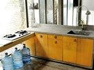 Škarohlíd by podotkl, že kuchyně jsou jen dvě plynové plotýnky a betonový dřez, jedním dechem se ovšem musí dodat, že s krásným výhledem do zeleně.