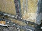 Stav při otevření stěny. Potrubí a rozvody omezují výšku tepelné izolace, rozvody vody nemají návlekovou izolaci - hrozí kondenzace.